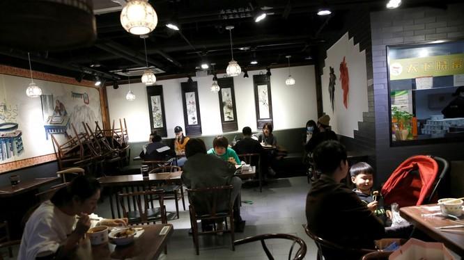 Nghiên cứu mới khuyến cáo các nhà hàng nên tăng khoảng cách giữa các bàn ăn (Ảnh: Reuters)