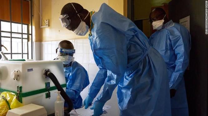Nhân viên y tế xét nghiệm mẫu bệnh phẩm tại phòng thí nghiệm ở Juba, Nam Sudan (Ảnh: CNN)