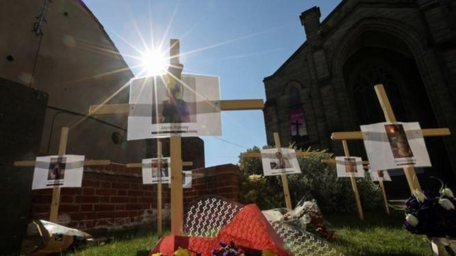 Ảnh và tên những ngừi tử vong do COVID-19 treo bên ngoài một nhà thờ ở Burton, Staffordshire, Anh (Ảnh: Reuters)