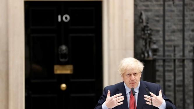 Thủ tướng Anh Boris Johnson phát biểu bên ngoài Số 10 Phố Downing (Ảnh: Reuters)