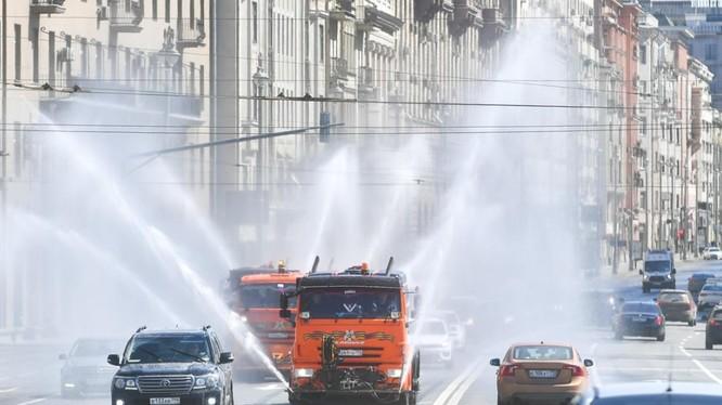 Phương tiện phun chất khử trùng trên đường phố thủ đo Moscow, Nga hôm 1/5 (Ảnh: Reuters)