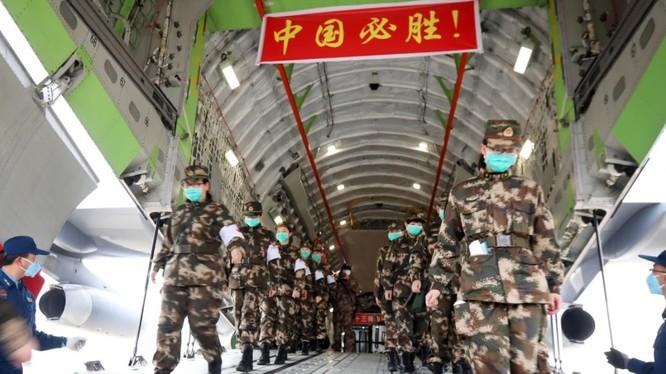 Đội ngũ y tế của PLA tới thành phố Vũ Hán, tỉnh Hồ Bắc trong nỗ lực chặn dịch COVID-19 (Ảnh: Reuters)