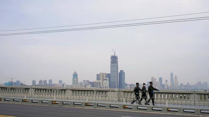 Lực lượng bán quân sự tuần tra sau khi lệnh phong tỏa ở Vũ Hán được gỡ bỏ (Ảnh: Reuters)