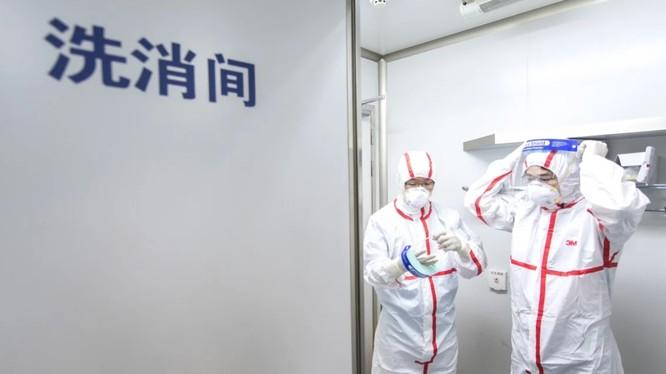Các nhà nghiên cứu tại Viện Virus Vũ Hán phải trải qua nhiều quy trình an toàn cực kỳ khắt khe (Ảnh: SCMP)