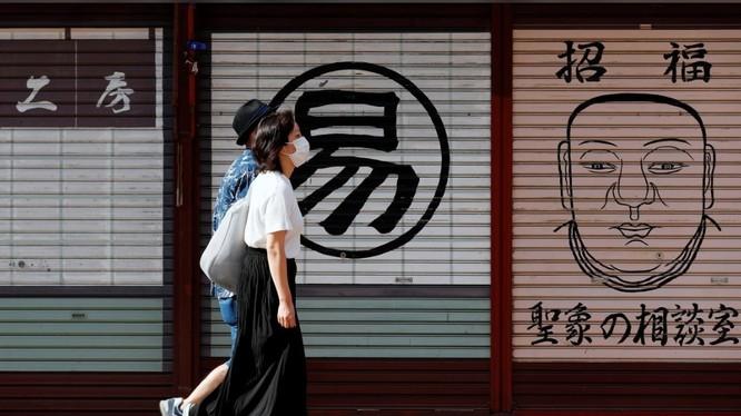 Việc đi lại của người dân Nhật đã giảm hẳn sau khi tình trạng khẩn cấp được ban bố (Ảnh: Reuters)