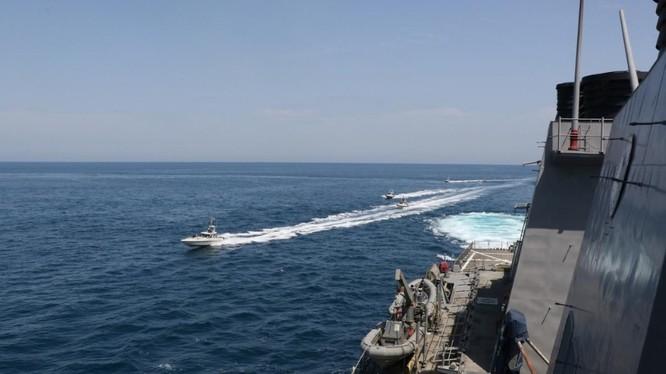 Tàu Iran áp sát tàu USS Paul Hamilton của Mỹ ở Vùng Vịnh vào ngày 15/4 (Ảnh: Reuters)