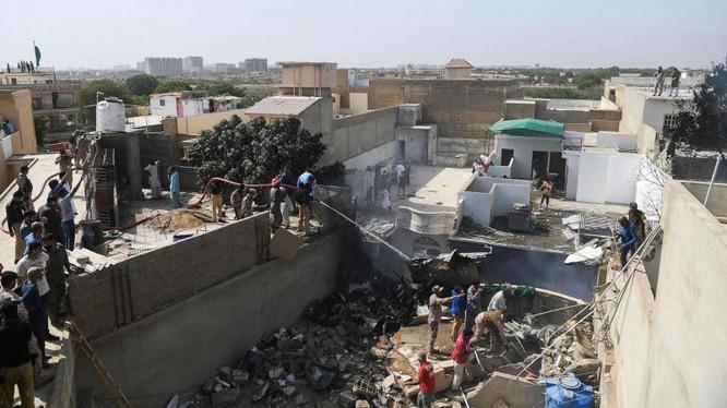 Hiện trường vụ tai nạn máy bay thảm khốc ở tỉnh Karachi, Pakistan (Ảnh: ABC News)