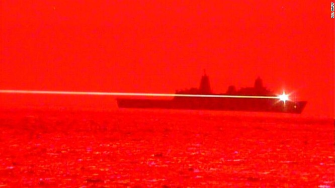Tàu USS Portland thử nghiệm vũ khí laser trên vùng biển Thái Bình Dương vào ngày 16/5 vừa qua (Ảnh: CNN)