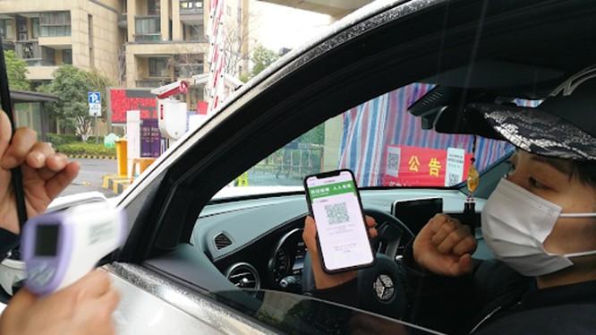Một tài xế chưng mã QR xanh để được phép vào một tòa chung cư ở Trung Quốc (Ảnh: SCMP)