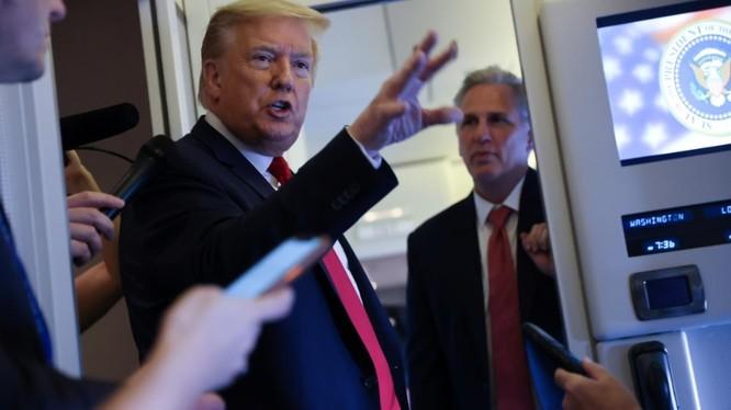 Tổng thống Trump trả lời báo giới trên chuyên cơ Không lực Một (Ảnh: Reuters)