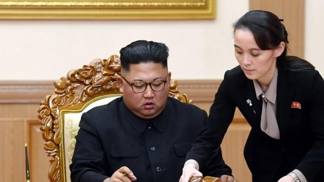 Lãnh đạo Triều Tiên Kim Jong-un và em gái ông, bà Kim Jo-yong (Ảnh: AP)