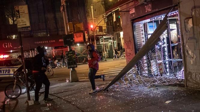 Nhiều người bỏ chạy khỏi một cửa hàng bị đập phá khi cảnh sát ập tới (Ảnh: Fox News)