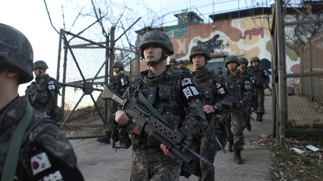 Binh sĩ Hàn Quốc rời khỏi một trạm gác ở DMZ (Ảnh: EPA)