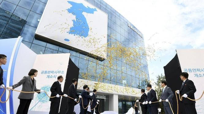 Quan chức Hàn Quốc, Triều Tiên dự lễ khánh thành văn phòng liên lạc chung ở Kaesong vào năm 2018 (Ảnh: AP)