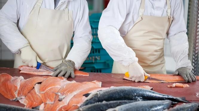Bàn mổ cá hồi ở chợ Xinfadi, thủ đô Bắc Kinh, được cho là có dấu vết của virus corona chủng mới (Ảnh: Shutterstock)