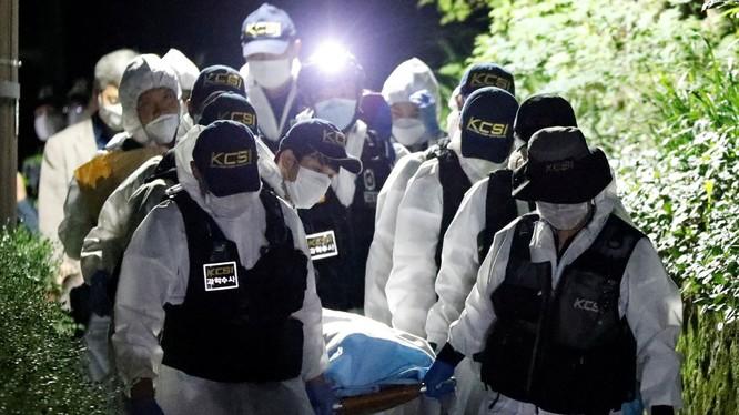 Cảnh sát di chuyển thi thể ông Park Won-soon khỏi núi Bugak (Ảnh: Reuters)