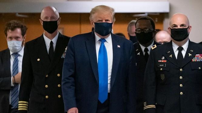 Tổng thống Trump cùng đội ngũ của ông đeo khẩu trang khi tới thăm trung tâm y tế quân đội Walter Reed (Ảnh: AFP)