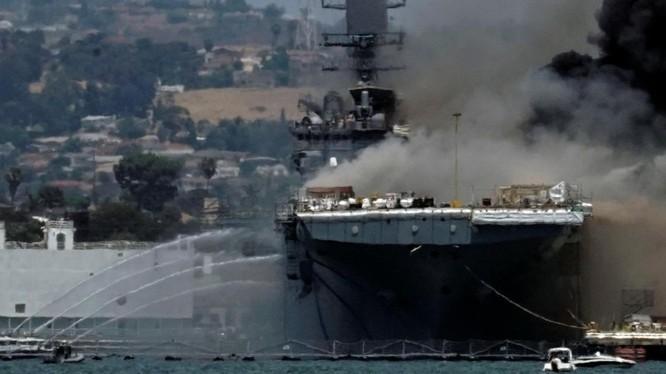 Các tàu cứu hỏa liên tục phun nước chữa cháy tàu USS Bonhomme Richard (Ảnh: Reuters)