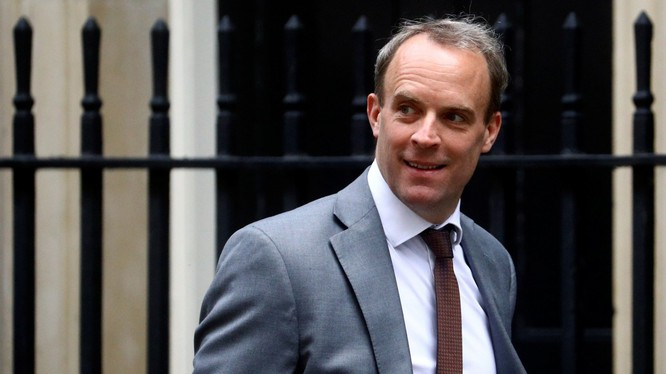 Ngoại trưởng Anh Dominic Raab tuyên bố ngừng hiệp ước dẫn độ với Hong Kong (Ảnh: Reuters)