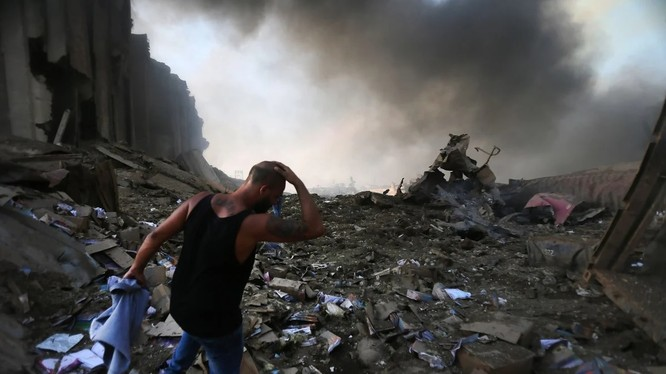 """Cảnh tượng như """"ngày tận thế"""" sau vụ nổ kinh hoàng ở thủ đô Beirut, Lebanon (Ảnh: AFP)"""