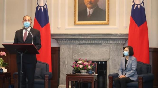 Bộ trưởng Y tế và Dịch vụ Nhân sinh Mỹ Alex Azar trong cuộc gặp với bà Thái Anh Văn sáng ngày 10/8 (Ảnh: Reuters)
