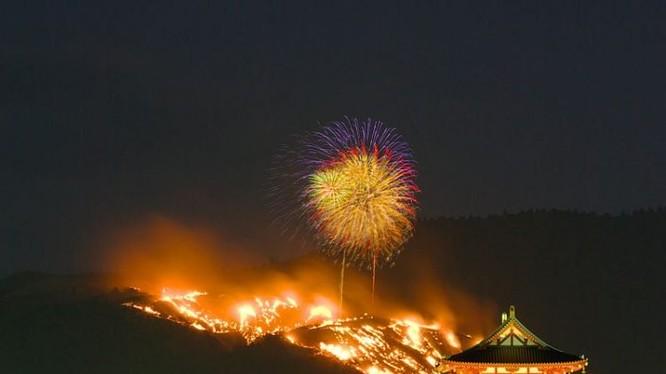 Cảnh tượng hoành tráng trong lễ hội đốt núi ở Nhật Bản (Ảnh: OC)
