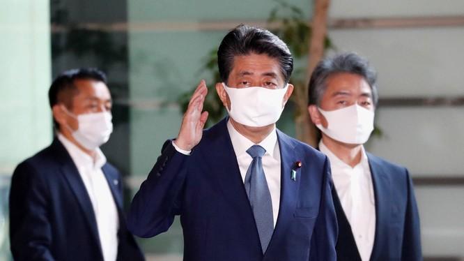 Thủ tướng Nhật Shinzo Abe đến văn phòng làm việc trong sáng ngày 28/8 (Ảnh: Japan Times)