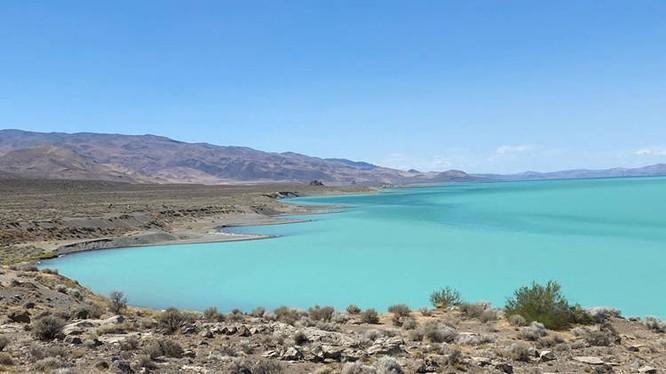 Màu xanh ngọc lam tuyệt đẹp của hồ Pyriamid (Ảnh: OC)