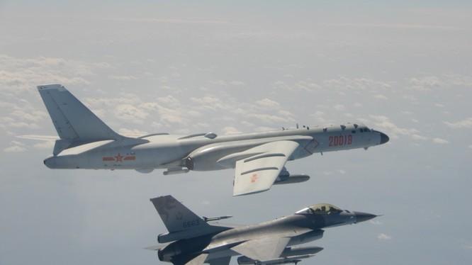 Máy bay ném bom H-6 của Trung Quốc bay sát chiến đấu cơ F-16 của Đài Loan trong tháng 2/2020 (Ảnh: Taiwan News)