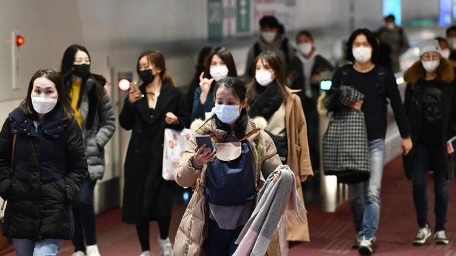 Người dân Nhật Bản đi dọc sảnh tại sân bay quốc tế Haneda, thủ đô Tokyo (Ảnh: AFP)