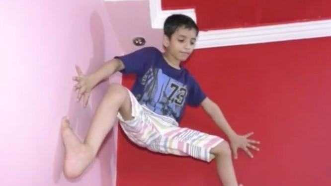 Cậu bé 7 tuổi có khả năng trèo tường ấn tượng mà không dùng bất cứ dụng cụ nào (Ảnh: OC)
