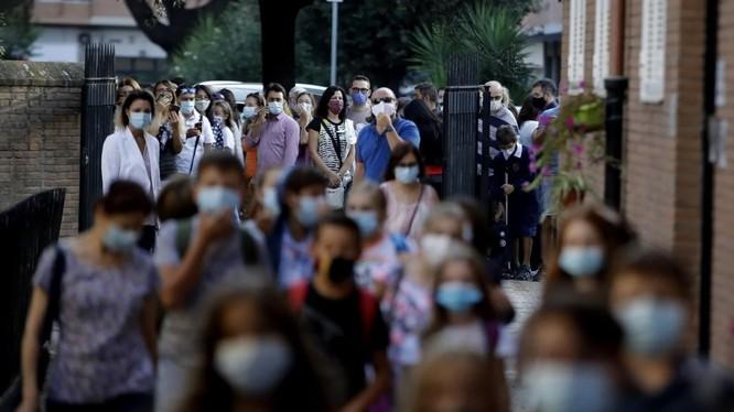 Một trường học ở Rome, Italy mở cửa trở lại trong hôm đầu tuần này (Ảnh: AP)