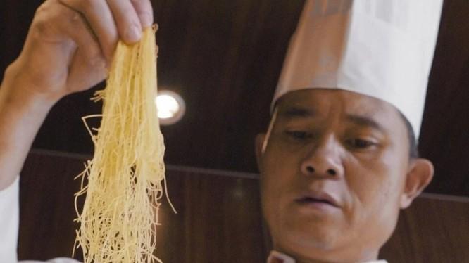 Đầu bếp cho hay sợi mì cần phải cực mỏng mới là đạt tiêu chuẩn (Ảnh: SCMP)