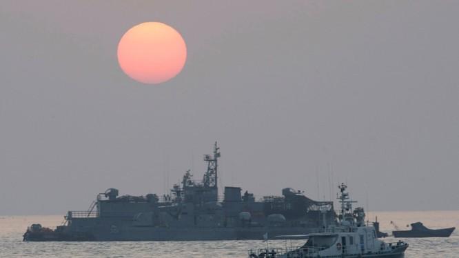 Một tàu tuần tra của hải quân Hàn Quốc đang thực hiện nhiệm vụ trên biển (Ảnh: Telegraph)