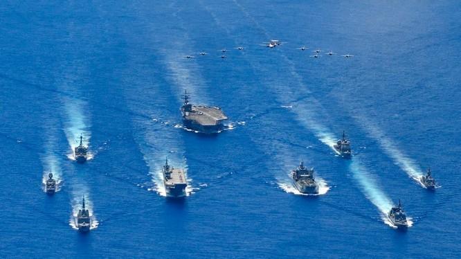 Hình ảnh cuộc tập trận chung giữa hải quân Mỹ, Nhật Bản và Australia trên biển Philippines ngày 21/7 (Ảnh: US Navy)
