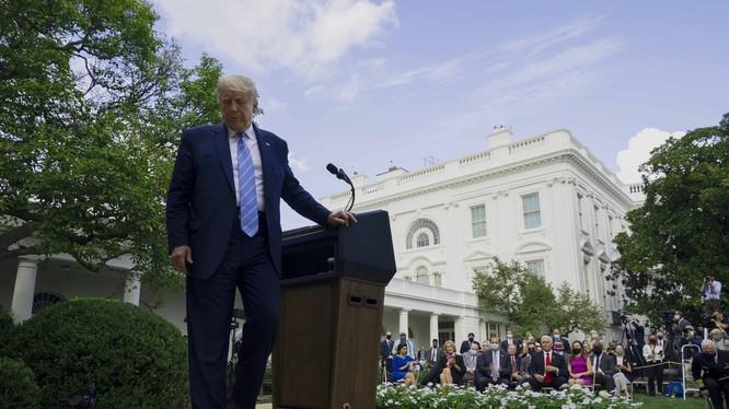 Tổng thống Trump rời khỏi một cuộc họp báo tại Vườn Hồng, Nhà Trắng ngày 28/8 (Ảnh: Politico)