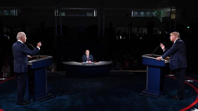 Hai ứng viên Donald Trump và Joe Biden tranh luận gay gắt trong cuộc tranh luận đầu tiên diễn ra tối 29/9 (Ảnh: CNN)