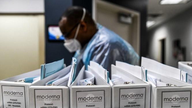 Dữ liệu đánh giá thử nghiệm vaccine của Moderna được lưu tại Trung tâm nghiên cứu Mỹ ở Hollywood, Florida (Ảnh: AFP)