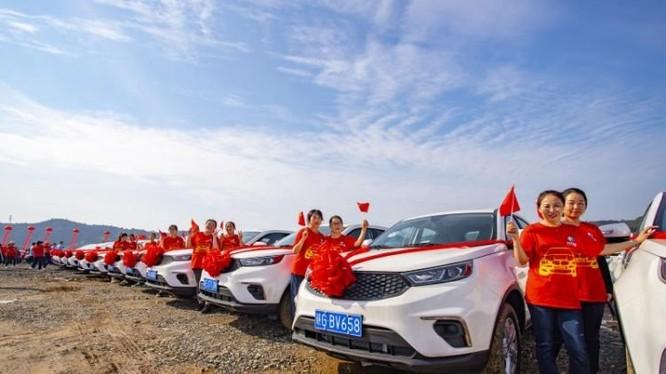Nhân viên công ty bên cạnh những chiếc xe hơi mới được thưởng (Ảnh: OC)