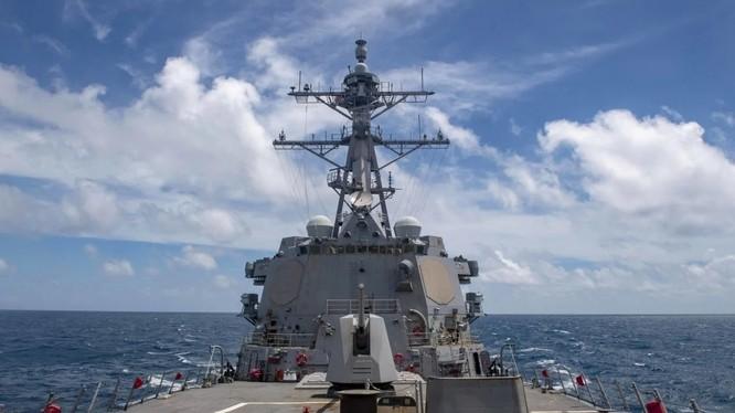 Tàu khu trục mang tên lửa dẫn đường USS Barry của Hạm đội Thái Bình Dương Mỹ đi qua eo biển Đài Loan hôm 14/10 (Ảnh: SCMP).