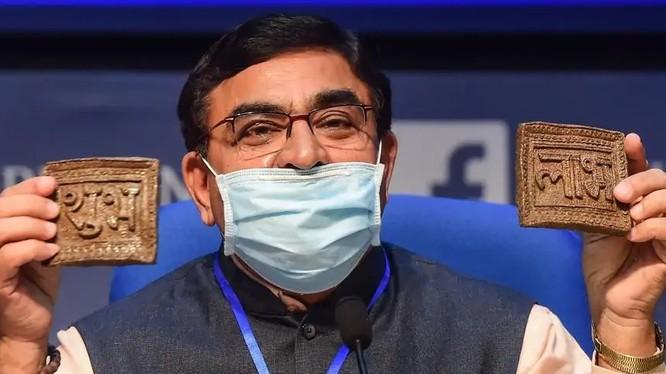 Ông Vallabhbhai Kathiria quảng bá chip phân bò trong hôm 12/10 (Ảnh: PTI)