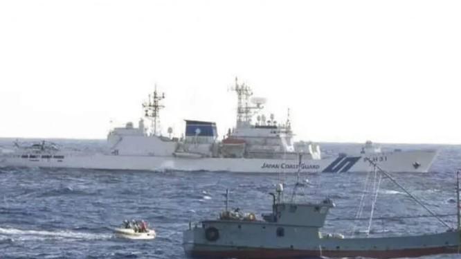 Lực lượng cảnh sát biển Nhật Bản đã hơn 100 lần xua đuổi tàu cá Trung Quốc khỏi vùng biển Nhật trong năm nay (Ảnh: Japan Coast Guard)