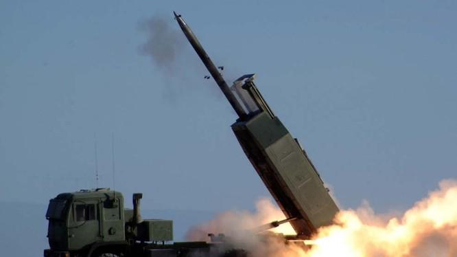 Hệ thống pháo phản lực phóng loạt cơ động cao HIMARS được Mỹ bán cho Đài Loan (Ảnh: Dwnews).