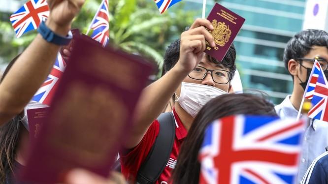 Anh từng hứa hẹn sẽ mở ra con đường nhập tịch cho những người Hong Kong sở hữu hộ chiếu BNO (Ảnh: SCMP)