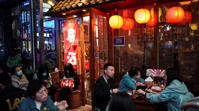 Người dân ăn tối tại một nhà hàng ở thủ đô Bắc Kinh, Trung Quốc hôm 25/10 (Ảnh: Reuters)