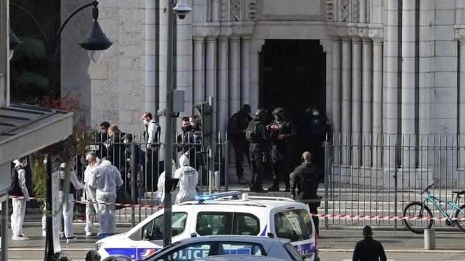 Lực lượng cảnh sát tinh nhuệ có mặt tại hiện trường vụ tấn công ở nhà thờ Notre Dame, Nice (Ảnh: AFP)