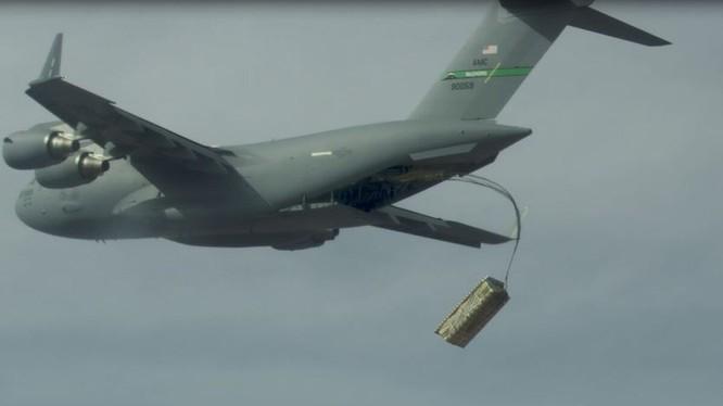 Một chiếc C-17 tham gia vào quá trình thử nghiệm airdrop (Ảnh: Defense News)