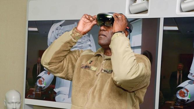 Một thiết bị IVAS được trang bị bộ cảm biến và hệ thống hiển thị (Ảnh: Defense News)