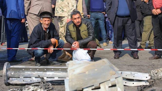 Người dân ở thành phố Barda chứng kiến những mảnh vỡ của tên lửa Smerch hôm 28/10 (Ảnh: HRW)
