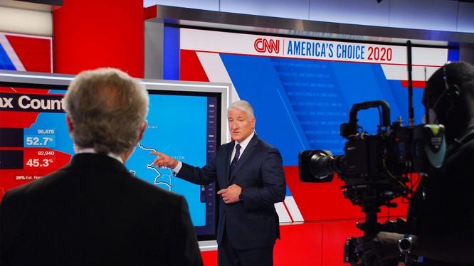 John King đứng làm việc suốt 100 giờ đồng hồ để đưa tin về bầu cử Mỹ (Ảnh: CNN)
